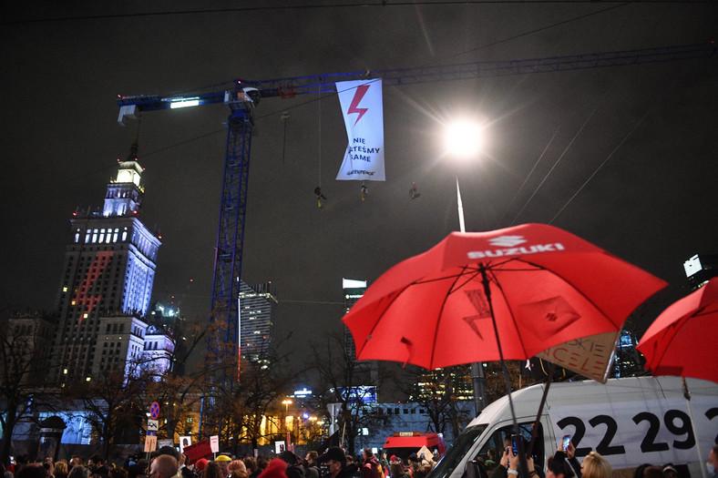 """Transparent Greenpeace rozwinięty podczas protestu pod hasłem """"Na Warszawę!"""" na rondzie Dmowskiego w Warszawie."""