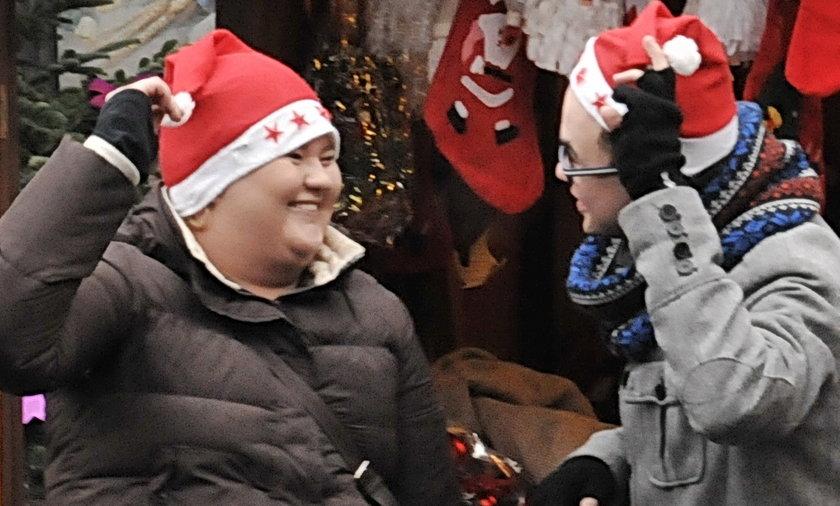 Weronika Grycan z kolegą na jarmarku świątecznym