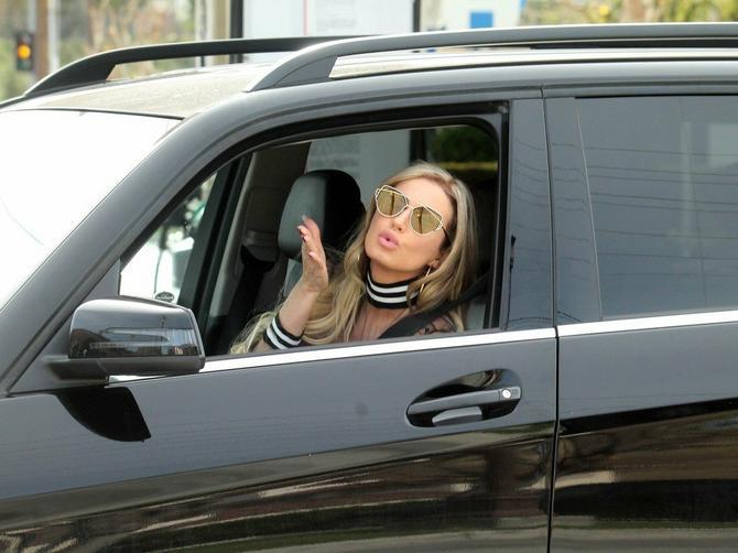 Ana džip vozila GOLIH GRUDI: Kada vidite šta je obukla, ČUDIĆETE SE DO SUTRA