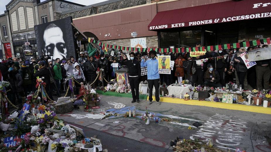 Tłum świętuje wyrok w miejscu śmierci George'a Floyda