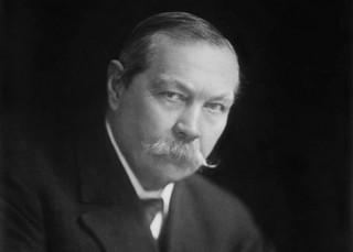 Arthur Conan Doyle przeszedł do historii jako twórca sławnego Sherlocka Holmesa [SYLWETKA]