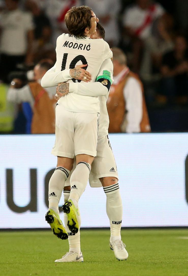 Luka Modrić u zagrljaju Serhia Ramosa