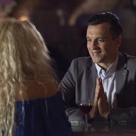 """""""Przyjaciółki"""": randka w klubie z karaoke. Patrycja gwiazdą wieczoru – czy swoim głosem uwiedzie Tomka?"""