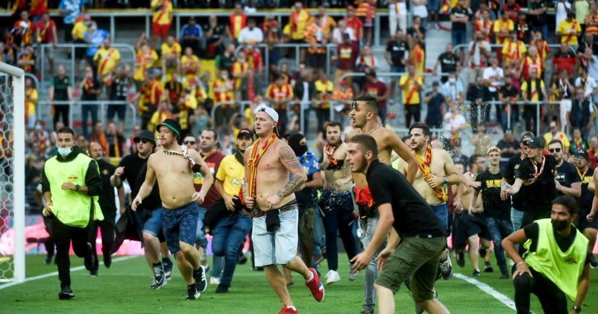Lens beat Lille in derby blighted by pitch invasion