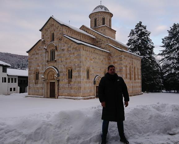 Nenad Borovčanin ispred Manastira Visoki Dečani