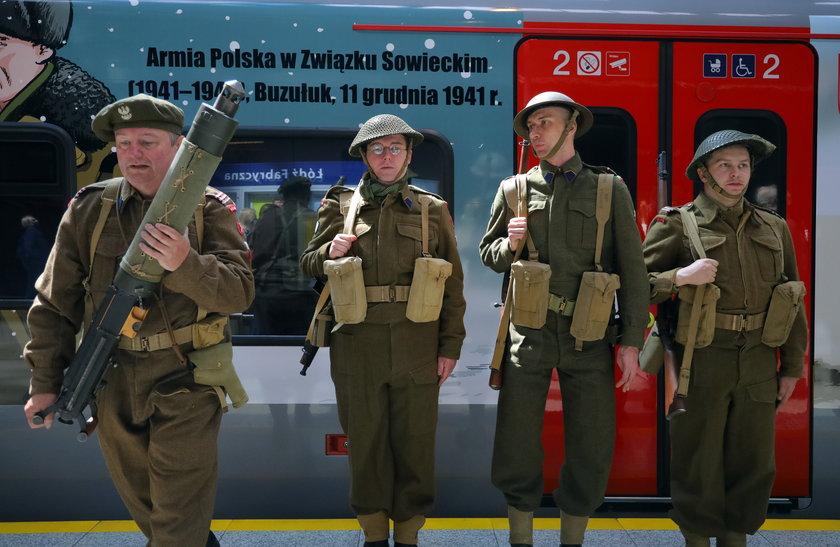 Grupa rekonstrukcyjna w mundurach 2 Korpusu Polskiego