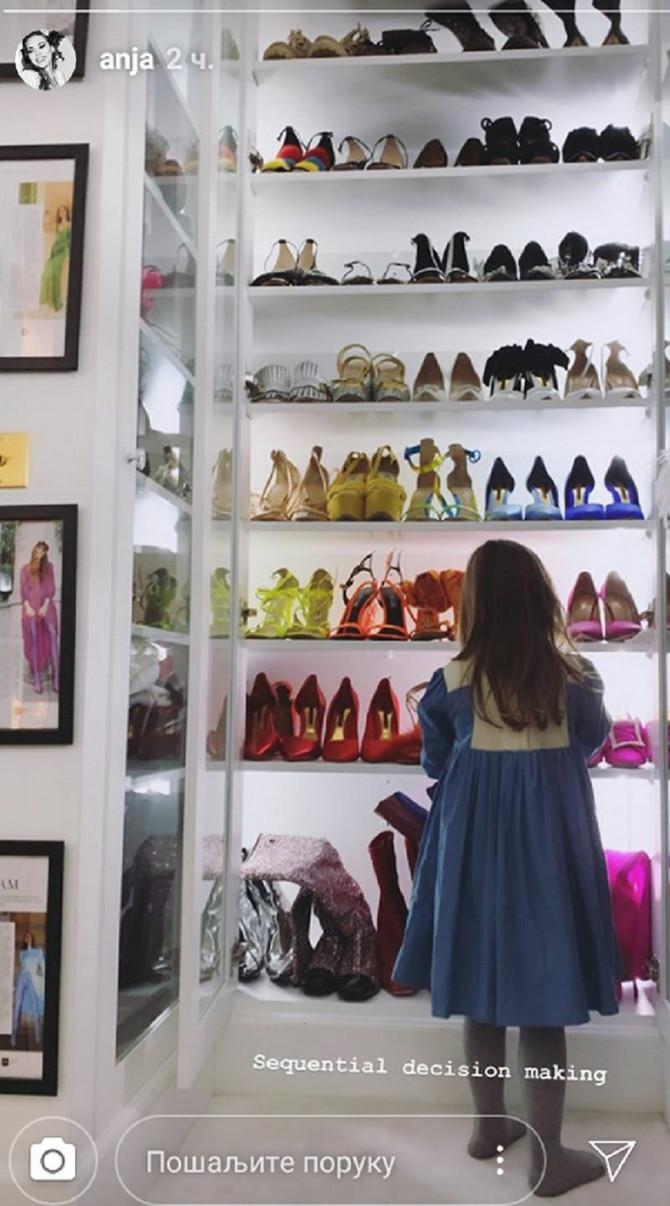Cipelarnik Anje Valente : njena ćerkica pažljivo gleda maminu obuću