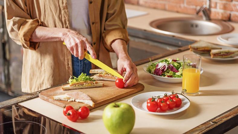 Starsza kobieta przygotowuje posiłek