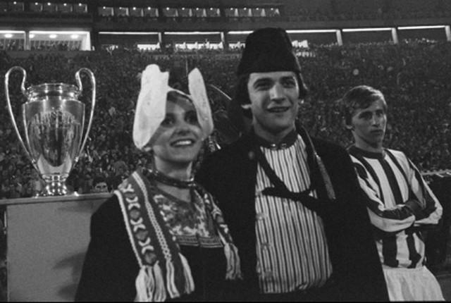 Vladimir Petrović Pižon (krajnji desno) čuva Krojfu pehar