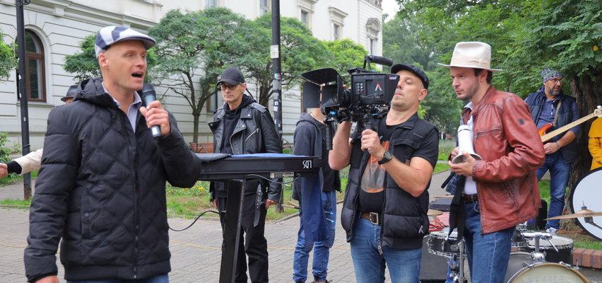 Krzysztof Krawczyk Junior nagrywa w Łodzi teledysk do piosenki Tato. Na Piotrkowskiej Marian Lichtman i tłum fanów