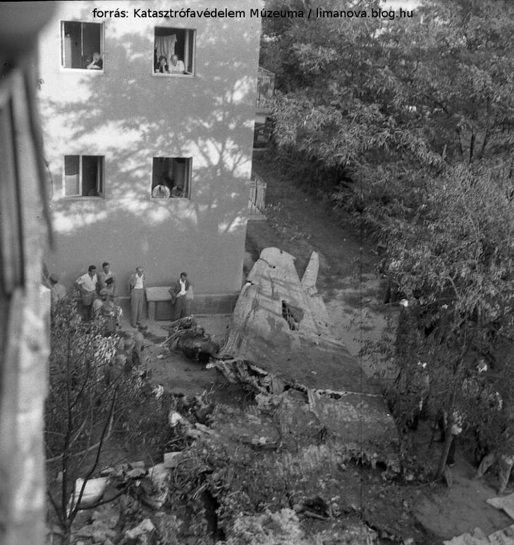A kettétört gép roncsai a hátsó udvaron halálra zúztak három fiatalt / Katasztrófavédelem Múzeuma / limanova.blog.hu