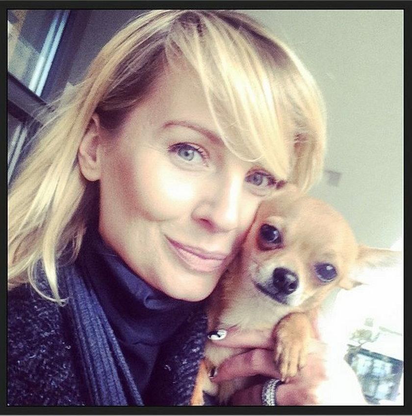 Agnieszka Szulim pozuje do zdjęcia z psem