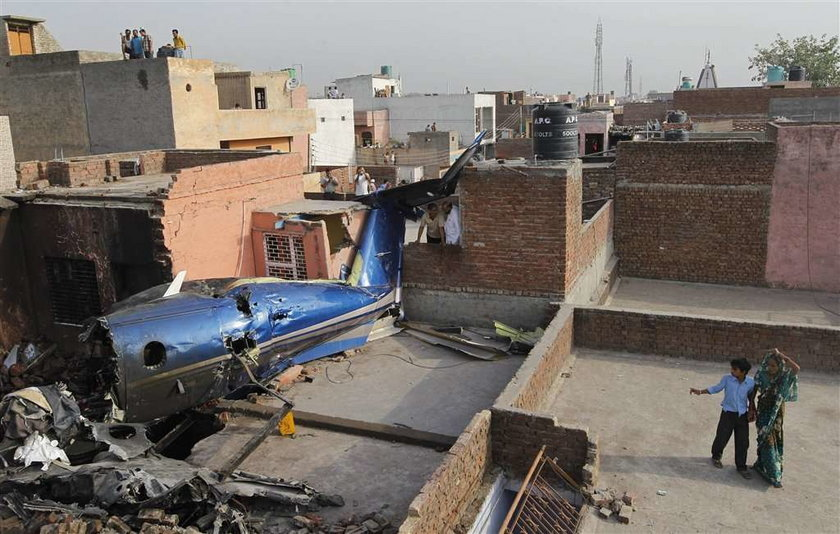 Samolot spadł przez pył na domy. ZDJĘCIA
