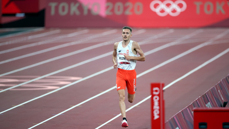 Polak Michał Rozmys (P) w półfinałowym biegu na dystansie 1500 metrów