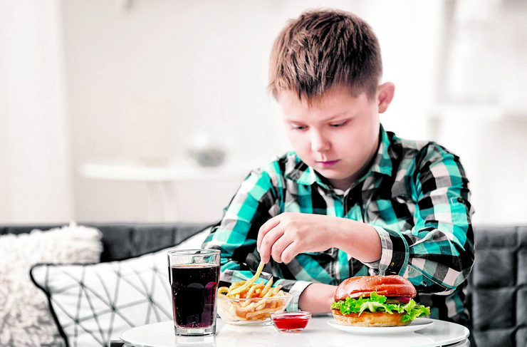 gojaznost, hrana, stock-photo-overweight-boy-eating-junk-food-at-home-793056754
