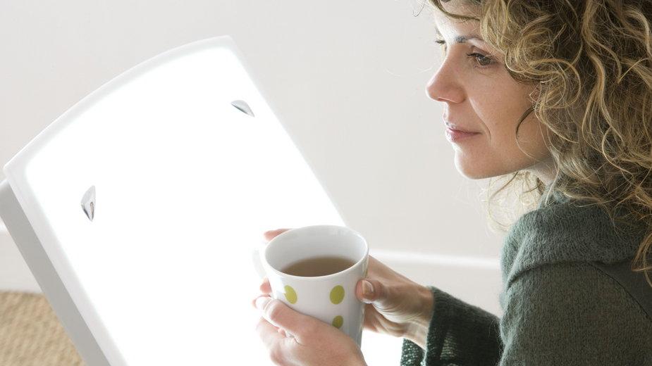 Lampa antydepresyjna jako sposób na depresję sezonową / Shutterstock