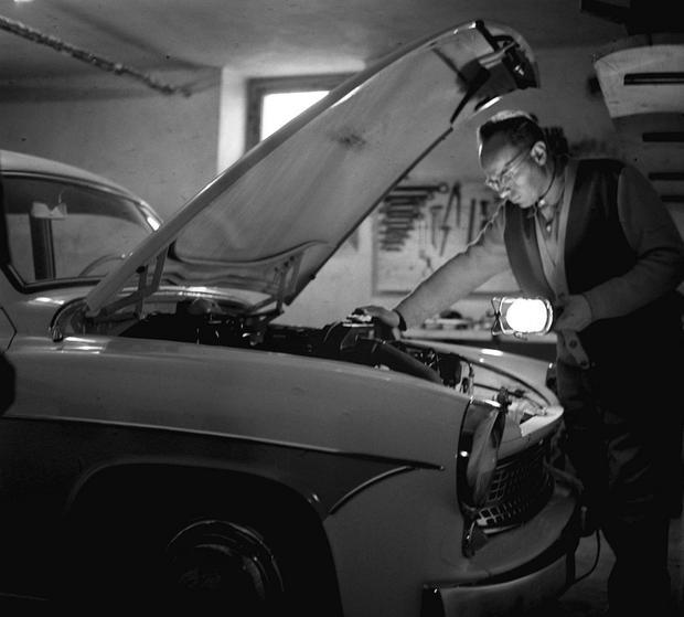 Stanisław Lem naprawia samochód, 1961 rok
