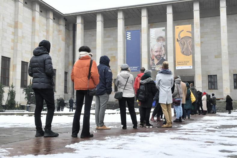 Kolejka przed wejściem do muzeum
