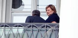 Komorowski po przegranej. Co pije na balkonie?