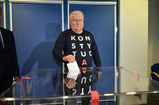 Tak głosowali politycy: Wałęsa w bluzie z napisem 'konstytucja' [ZDJĘCIA]