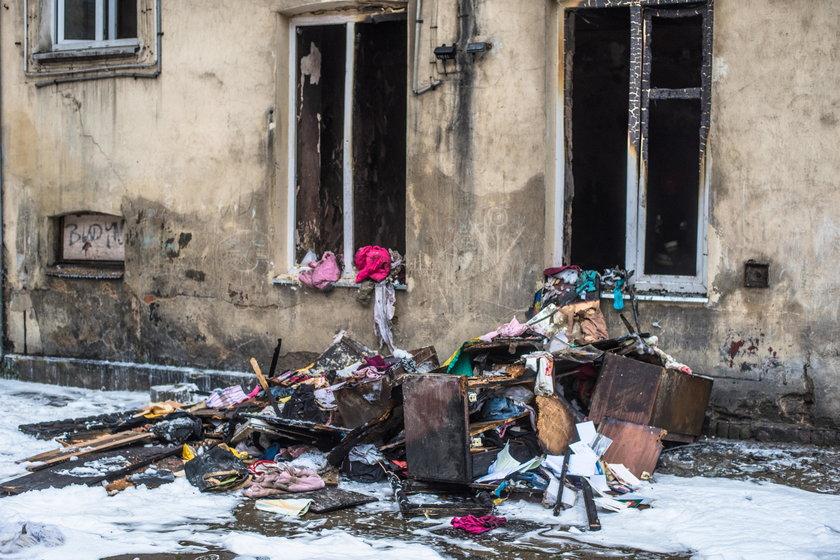 Pożar kamienicy przy Sosnowej w Łodzi. Ewakuacja mieszkańców. Ranny mężczyzna. Straż pożarna: zaprószenie