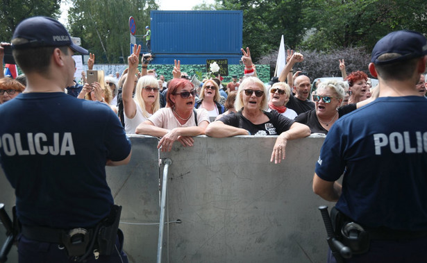 Demonstracja przeciw zmianom w sądownictwie zorganizowana została m.in. przez Obywateli RP, Ogólnopolski Strajk Kobiet i Komitet Obrony Demokracji.