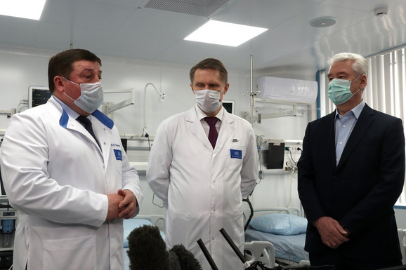 Dok Putin diriguje iz prazne kancelarije, njegovi podređeni idu na teren - ministar zdravlja Mihail Muraškov (C) i gradonačelnik Moskve Sergej Sobjanjin (L) u poseti bolnici u Moskvi 6. aprila