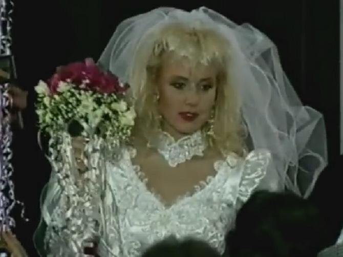 Na Breninoj svadbi bidermajer je uhvatila ova MEGAZVEZDA Balkana koju decenijama obožavate: I NEPREPOZNATLJIVA JE!
