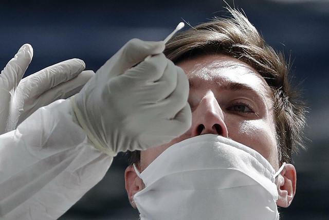 Uzimanje brisa za test na novi korona virus