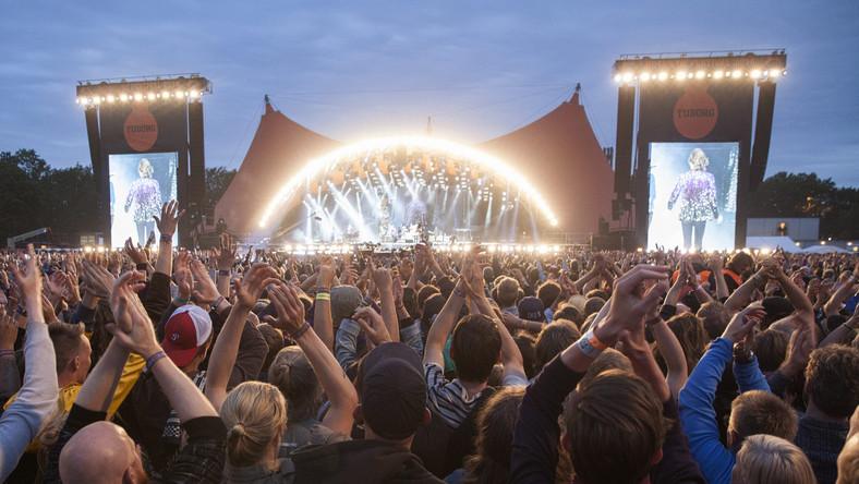 Roskilde Festival jest dla tych, którzy unikają komercyjnego kiczu. W Danii, niedaleko Kopenhagi można nie tylko usłyszeć najlepszych alternatywnych wykonawców, lecz także uczestniczyć w projektach artystycznych. Impreza uchodzi też za najbardziej ekologiczną – ale to nic dziwnego w Danii, która słynie dbałości o naturalne środowisko. Impreza wygrała w kategorii Green Operation dzięki współpracy z akcją Stop Marnowaniu Żywności. Ta wielka rockowa impreza od lat podbija serca uczestników dzięki niekomercyjnemu charakterowi utrzymywanemu od 1971 roku. Roskilde to nie tylko zabawa – to też walka o prawa człowieka, rozwijanie świadomości ekologicznej i Żywa Biblioteka.Potem polecamy wycieczkę nad morze i na wyspy. Rezerwujcie loty do Kopenhagi lub Malmo między 27 czerwca a 4 lipca. Miejscowość Roskilde znajduje się niedaleko lotniska w Kopenhadze i w Malmö.Więcej na temat tegorocznej edycji znajdziesz TUTAJ >>>