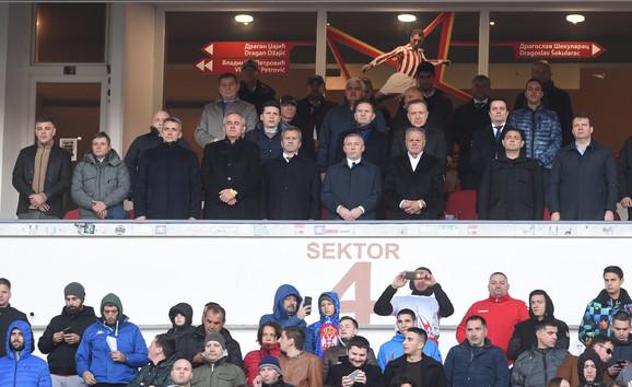 Dragan Stojković Piksi, drugi s leva, u prvom redu lože na Marakani, tik uz Savu Miloševića, potpredsednika FSS-a