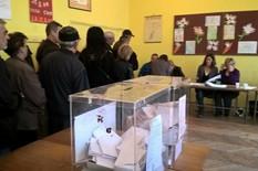 SABAC02 IZBORI 2016.-gradjani cekaju u redu da bi glasali