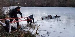 Lód załamał się pod grupą nastolatków. Jest nagranie
