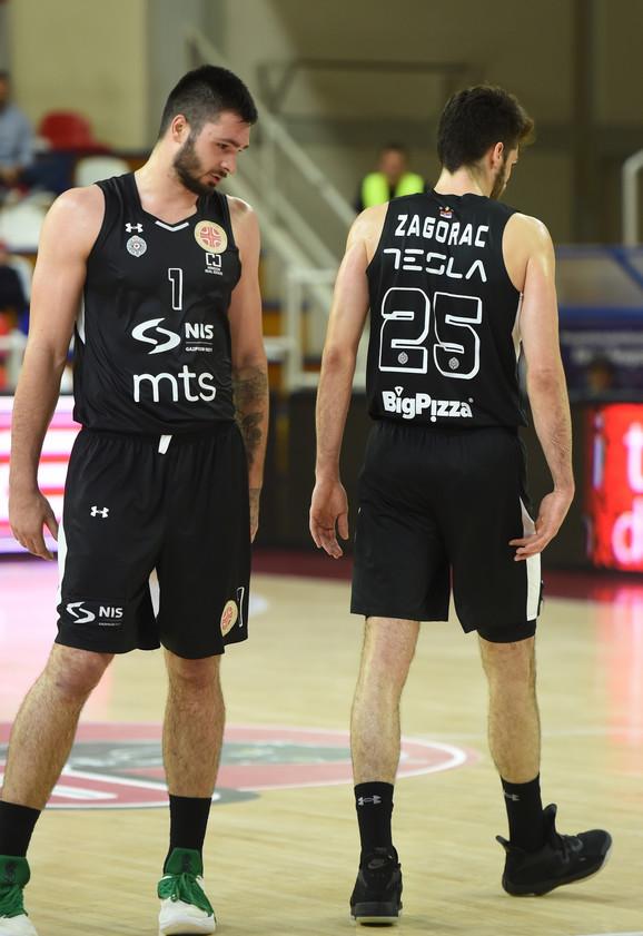 Igrači Partizana posle izgubljene utakmice u Železniku
