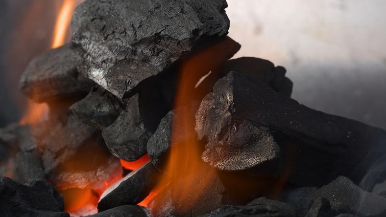 Większość mieszkańców nadal pali węglem