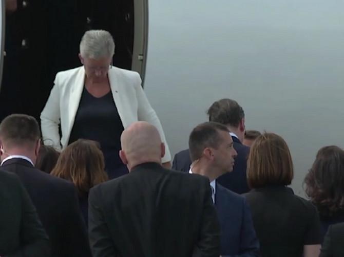 Odmah smo je primetili: Izašla je iz Makronovog aviona NAJJEDNOSTAVNIJE ODEVENA, a da li vi znate KO JE U PITANJU?