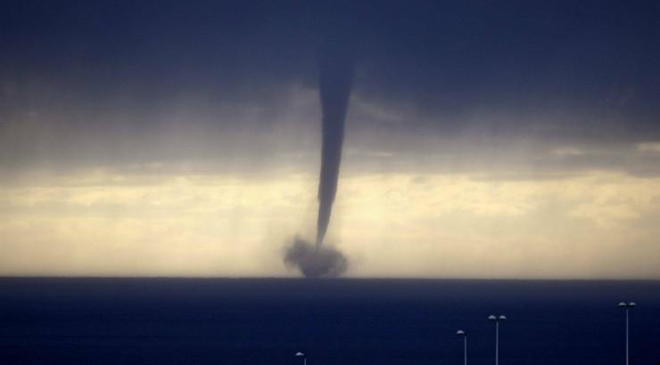 199486_tornado-mediteransko-more-izmedju-nice-i-korzike-ap