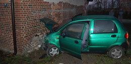 Wjechała samochodem w dom. Za ścianą spał człowiek!