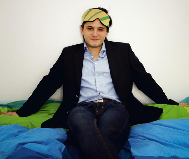 Wynalazek 25-letniego Adamczyka rozpoznaje fazy snu, analizując fale mózgowe, ruch gałek ocznych i napięcie mięśniowe