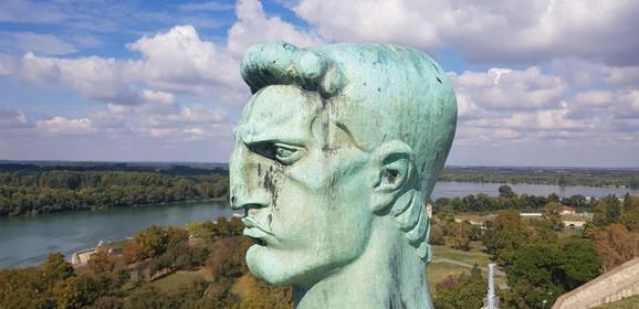 Na samom spomeniku postoji veliki broj rupa od gelera