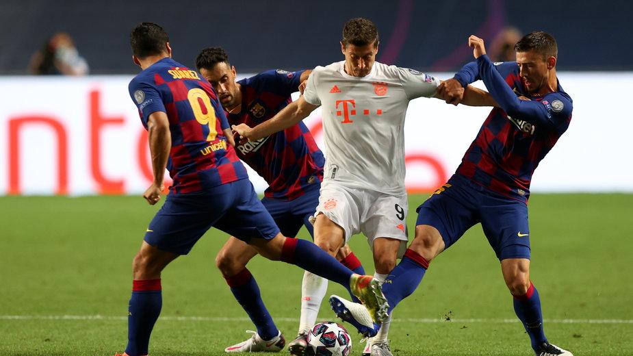 Robert Lewandowski otoczony przez rywali z FC Barcelona