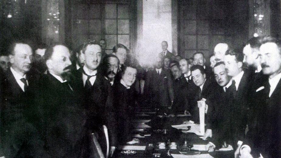 Podpisanie traktatu. Z lewej Leonid Obolenski i Adolf Joffe, z prawej Jan Dąbski - domena publiczna