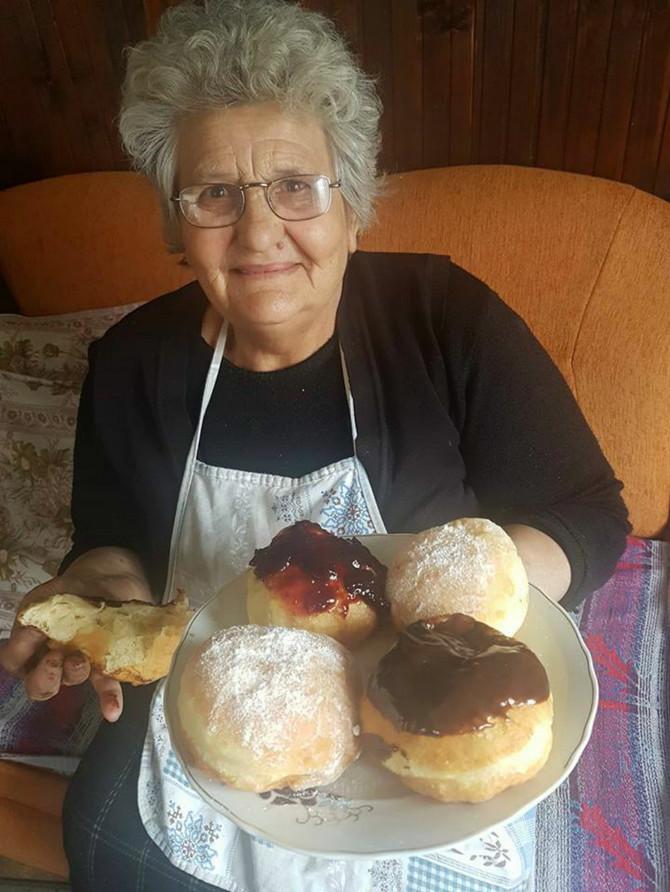 """Zahvaljujući """"Fejsbuku"""", baka Ivankin recept za štrudle stigao je do jedne gospođe iz Švajcarske, za kifle do gospodina iz Istanbula, a po princes-krofnama se proslavila i u Minhenu i Čikagu"""