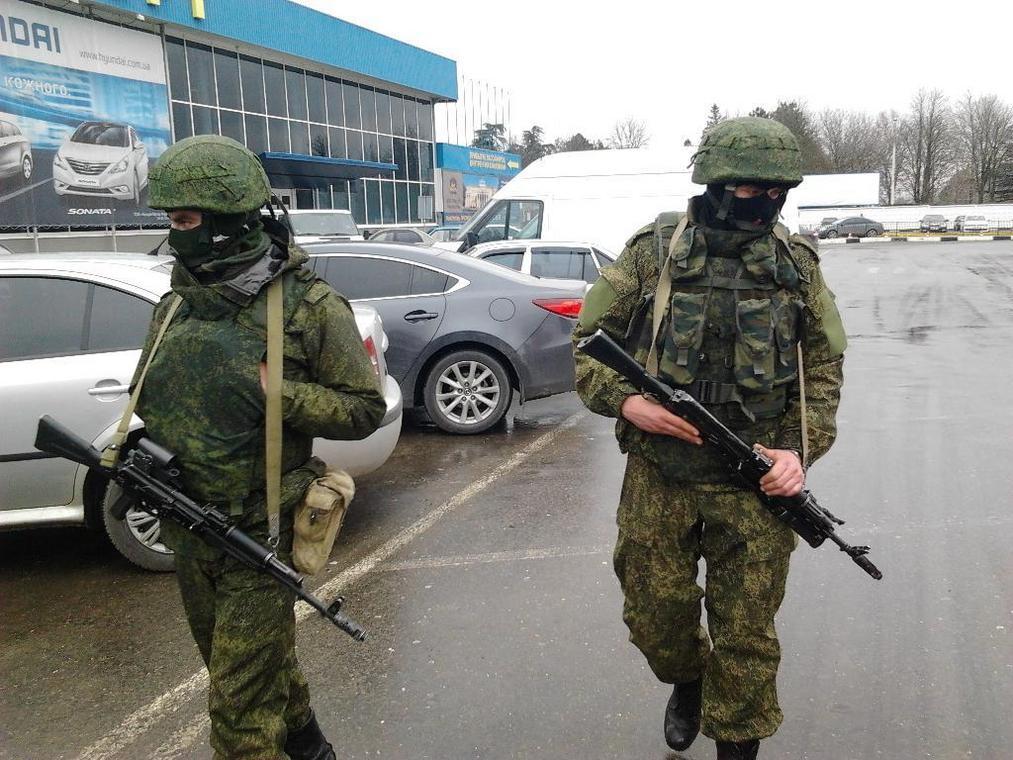 Rosyjscy żołnierze w nieoznaczonych mundurach zajmują lotnisko w Symferopolu na Krymie