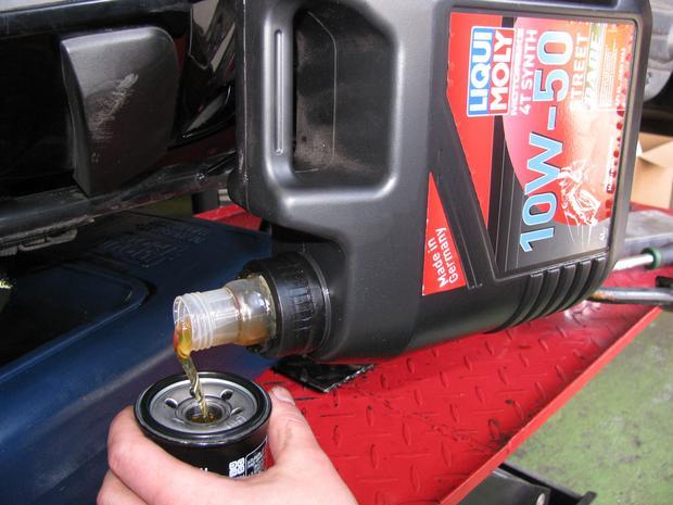 """Wlanie oleju do wymienianego filtra skróci okres pracy silnika """"na sucho"""""""