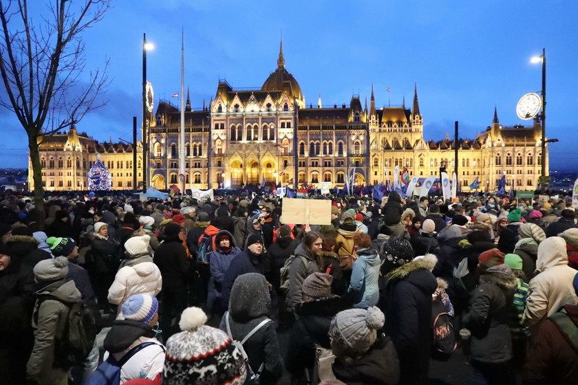 Strajkujący Węgrzy przed Parlamentem
