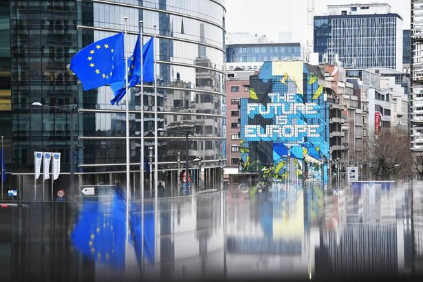 Unia Europejska (UE). Flagi przed budynkiem KE w Brukseli