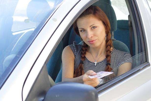 przepisy zezwalające policjantom zabrać kierowcy na trzy miesiące prawo jazdy za przekroczenie prędkości o ponad 50 km/h w terenie zabudowanym