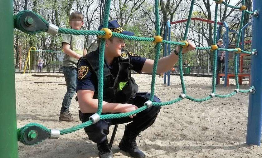 Strażnicy kontrolują place zabaw