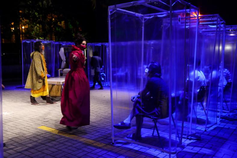 Brazylijski teatr: Widzowie zamknięci w plastikowych kabinach.